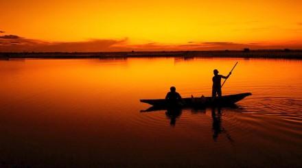 Pèche en bateau au coucher de soleil