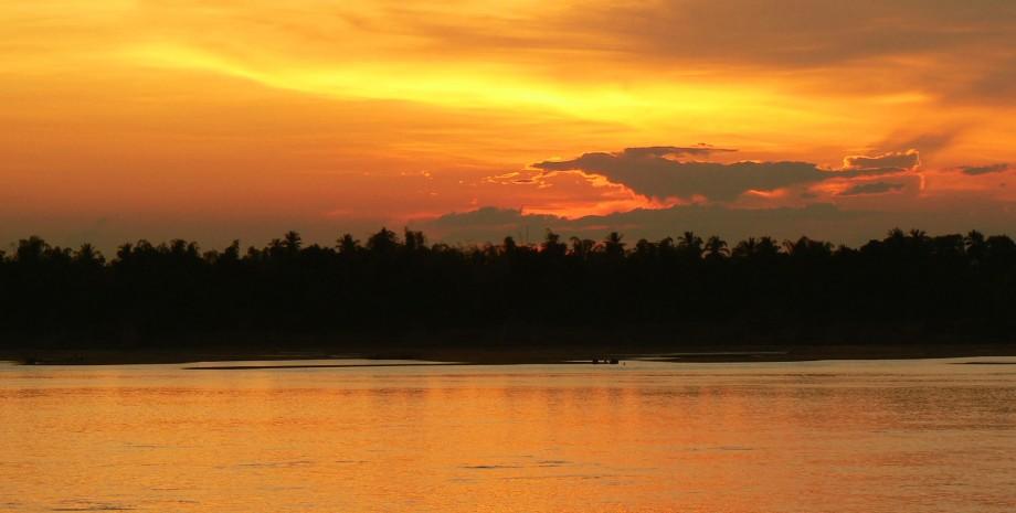 Cocktail et coucher de soleil à Tonle Sap